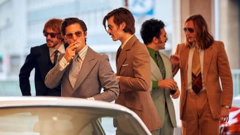 Mick Sommer (Tim Oliver Schultz, zweiter von links) ist so etwas wie der Rockstar der Herstatt-Bank: der Garant für große Gewinne durch den Devisenhandel. Foto: Frank Dicks/WDR