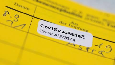 Aufkleber eines Corona-Impfstoffs in einem Impfpass. Foto: Rolf Vennenbernd/dpa