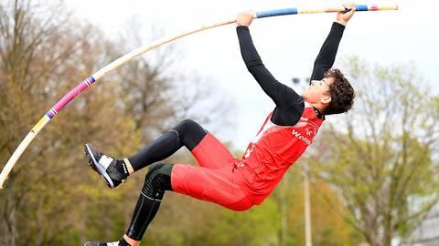 """Nach rund zehn Monaten Pause wieder voll da - Nick Lehl (TSG Wehrheim) springt mit 4,30 Metern neuen """"PB"""" und hakt die U18-DM-Norm ab. Foto: kie"""