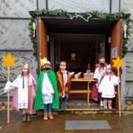 Die Sternsinger erteilen ihren Segen dieses Jahr auf dem Kirchenvorplatz. Foto: Hans-Georg Gött