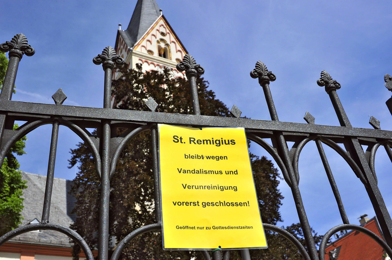 """""""Wegen Vandalismus vorerst geschlossen"""" –  kein Dauerzustand, hofft Christian Feuerstein, Pfarrer der St.Remigius-Kirche. Foto: Nils Salecker"""