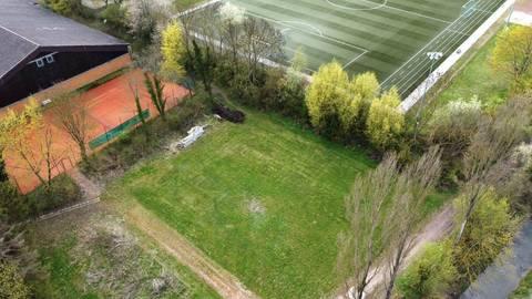 Das Jugendzentrum Mittleres Selztal soll im Dreieck zwischen Turn- und Tennishalle sowie dem Hahnheimer Sportplatz gebaut werden. Der Bauantrag muss noch durch den VG-Rat. Foto: hbz/Jörg Henkel