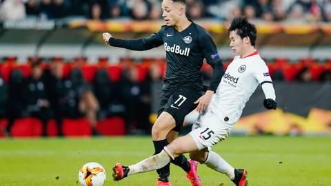 Daichi Kamada kämpft beim Europa-League-Spiel gegen RB Salzburg um den Ball. Foto: dpa