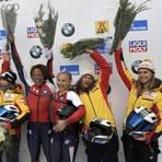Die Wiesbadenerinnen Kim Kalicki (rechts) und Vanessa Mark (Zweite von rechts) bei der Siegerehrung beim Weltcuprennen in Lake Placid. Nun sind beide für den Weltcup-Auftakt in Sigulda nominiert. Foto: dpa