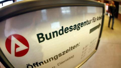 Ein Schild verweist auf die Bundesagentur für Arbeit. Archivfoto:dpa