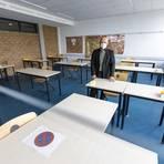 Gerhard Reuther, Leiter der BBS 3, in einem der Räume, in denen derzeit Prüfungen geschrieben werden. Foto: Sascha Kopp