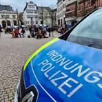 Laut eigenen Aussagen rein zufällig, lassen sich am Sonntag ab 12 Uhr auf dem Wetzlarer Domplatz rund 20 Personen in mehreren Gruppen mit Klappstühlen und -tischen zum Frühstück und Gespräch nieder.  Foto: Christian Keller