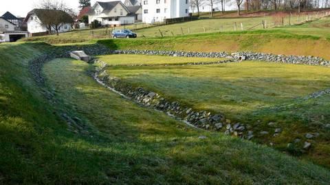 Hochwasserschutz in Edelsberg: Das Rückhaltebecken ist bereit für eine eventuelle Überschwemmung.  Foto: Margit Bach