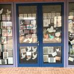 """Das große """"Hoffnungsfenster"""" am Gebäude F der TKS wurde von Schülern der Jahrgangsstufen 5 bis 10 dekoriert. Foto: TKS"""