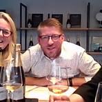 """Die Sekterzeuger Ute und Heiko Bamberger wurden bei der Online-Präsentation ihres zehn Jahre lang auf der Hefe gereiften Sektes """"Decade"""" durch den Champagner-Experten Boris Maskow (rechts) aus Bad Kreuznach unterstützt. Screenshot: Norbert Krupp"""