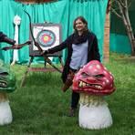 Auf die grimmigen Pilzgesichter zu schießen, macht doppelt Spaß, finden Sigrid Meitzler (l.) und Carina Cezanne. Foto: pp/Boris Korpak