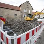 """Die Umgestaltung des """"Römers"""" hat begonnen. Hierfür mussten das bisherige Buswartehäuschen und Bäume weichen. Foto: BK/Axel Schmitz"""