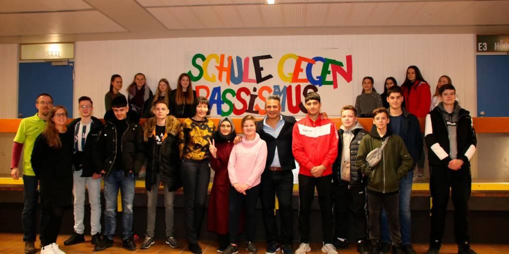 Der Stand-up-Comedian Osman Citir spricht mit den Schülern der Jahrgangsstufe 9 ganz offen über Probleme sowie Rückschläge und zeigt auf, wie man sich trotzdem motivieren kann. Foto: Bayer