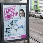 Mit diesen Plakaten fordert das Berliner Künstlerkollektiv Peng Biontech-Mitarbeiter zum Geheimnisverrat auf. Vor dem Biontech-Gebäude in Mainz waren die Mittwoch angebrachten Plakate schon Donnerstagfrüh nicht mehr zu sehen.  Foto: Peng-Kollektiv