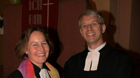 Mit offenen Armen ist Tanja Brinkhaus-Bauer in Bingen empfangen worden. Ihr Vorgänger Olliver Zobel führte sie als Dekan ins Amt ein. Foto: Christine Tscherner