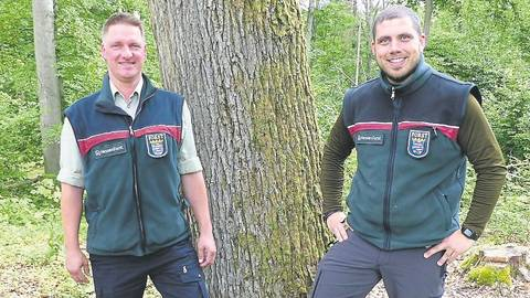 Forstamtsleiter Stefan Ambraß (l.) stellt Alfred Einhaus als neuen Leiter des Reviers Bischoffen-Lahnau vor.  Foto C. Schröcker/HessenForst
