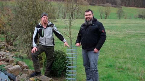 Thomas Groos (l.) und Michael Müller sind mit dem von ihnen entwickelten  Verbiss- und Fegeschutz zufrieden.  Foto: Gert Heiland
