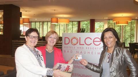 Oya Hahn (Hotel Dolce Bad Nauheim), Dr. Vera Rupp (Keltenwelt) und Cornelia Dörr, (Tourismus-Region Wetterau), mit den Glaubärchen Foto: Potengowski