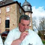 Tasting vor projizierter Werdorfer Schlosskulisse: Jürgen Stock (r.) und Birger Hahn.  Foto: Heike Pöllmitz