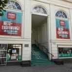 Die Biennale hat noch gar nicht angefangen und schon wird diskutiert – auch über den Rewe-Markt, der jetzt für elf Tage ins Theater-Foyer einzieht. Foto: Rewe