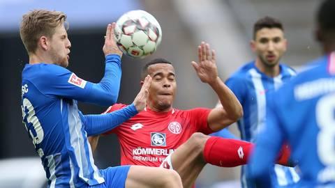 Arne Maier von Hertha BSC (l.) und Robin Quaison von Mainz 05 kämpfen um den Ball.  Foto: dpa