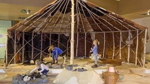 Der originalgetreue Nachbau eines großen eiszeitlichen Wohnzeltes zeigt, wie die Menschen vor 15 000 Jahren gewohnt haben. Foto:  J. Vogel / LVRLandesMuseum Bonn  Foto:   J. Vogel / LVRLandesMuseum Bonn