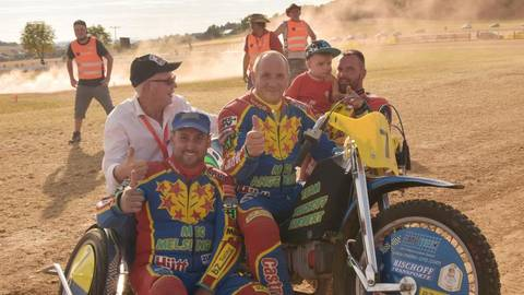 Oswald Bischoff (Mitte) bestritt in Angenrod sein letztes Rennen. Links daneben seine Beifahrer Bodo Grunwald (weißes Hemd) und Mario Siebert  (vorne) sowie Stephan Bischoff (rechts) mit Nachwuchs.   Foto: