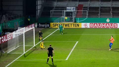 Der SV Darmstadt 98 verliert im Achtelfinale des DFB-Pokals bei Holstein Kiel im Elfmeterschießen. Am Ende versagen Tim Skarke die Nerven. Foto: Hübner/Ulrich