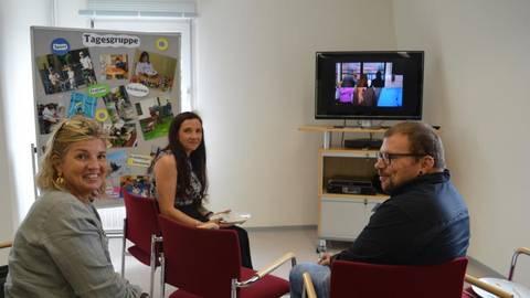In der Tagesgruppe wurden Bilder und Exponate aus der 30-jährigen Arbeit der Jugendhilfe Nidda gezeigt.Fotos: Maresch  Foto: