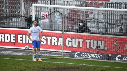 Enttäuschter Blick: Lilien-Torjäger Serdar Dursun schaut nach der Niederlage beim FC St. Pauli auf die Latte, die er kurz vor Schluss getroffen hatte.  Foto: dpa