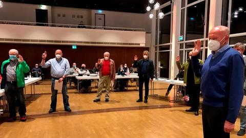 Vereidigung des Gemeindevorstandes nach den strengen Corona-Abstandsregeln (v.l.): Günter Wagner (SPD), Michael Ferron (CDU), Klaus Eckel (SPD), Dieter Burk (SPD), Rolf Herrmann (FWG), der Erste Beigeordnete Arndt Räuber (FWG) und Henning Hild (CDU).  Foto: Regina Tauer