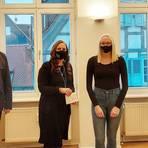 Landtagsvizepräsident Jens-Uwe Hahn mit Eva Richter und Roxana Jung vom 1. TSC Hochheim und Bürgermeister Dirk Westedt. Foto: Stadt Hochheim