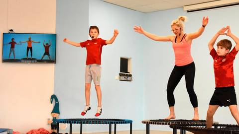 Fitnesstraining online: Henry und Charly Eckardt mit Trainerin Jana Guht bei einem Mitmachangebot für Kinder via Internet.   Foto: Margit Bach