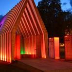Die illuminierte Lichtkirche auf dem Gelände der Landesgartenschau zieht bei anbrechender Dunkelheit viele bewundernde Blicke auf sich. Foto: Christian Weise