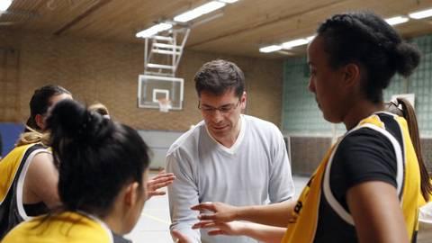 Mit den Disbu-Männern rechtzeitig, mit den TG-Frauen erst spät als Neulinge in der Landesliga auf Touren gekommen: Basketball-Trainer Iasson Valiano (Mitte). Archivfoto: Vollformat