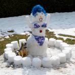 Eine Schneefrau mit Bikini - gebaut im April in Eibelshausen.  Foto: Joachim F. Köster