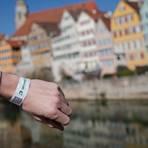 Ein Mann trägt in Tübingen ein Tagesticket-Armband. Die Stadt stellt das Tagesticket auf ein digitales System um. Wer sich an einer der neun Stationen im Stadtgebiet auf Corona testen lässt, bekommt künftig ein Armband mit einem QR-Code, welches nicht weitergegeben werden kann. Foto: dpa