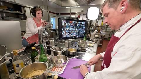 Die Brüder Marc und Florian Lambrich (re.) hoffen, ihr Hotel mit Restaurant in Oberheimbach an Ostern wieder für ihre Kunden öffnen zu können. Das Bild entstand bei Videoaufnahmen mit Tamara Lambrich an der Technik. Foto: Achim Meurer