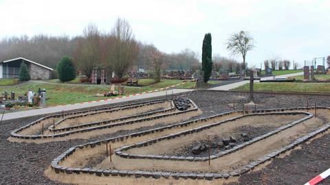 Bald könnte der Bau der Urnengärten - wie auf dem Archivfoto aus Dillhausen zu sehen  - auch in Weinbach starten, jedoch wird er teurer als geplant.  Archivfoto: Dorothee Henche