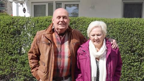 Aloysia und Wolfgang Schentke an einem der beiden seit 17 Jahren von ihnen ehrenamtlich betreuten Blumenkübel. Ein vorbildlich gepflegter Willkommensgruß im öffentlichen Straßenraum, an dem sich auch die Nachbarschaft erfreut. Foto: Dietmar Elsner