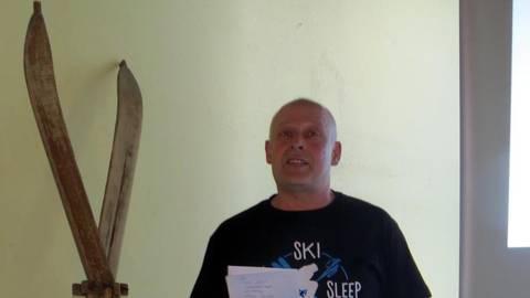 Axel Adolph vom Vorstand des Skiclubs stellt den Mitgliedern die Aktion vor. Foto: Eigner