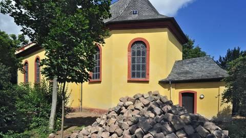 Das Kopfsteinpflaster rund um die spätbarocke Kirche wurde bereits ausgebaut und aufgehäuft. Foto: Thomas Schmidt
