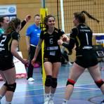 Kollektive Freude bei den Zweitliga-Volleyballerinnen des TV Waldgirmes um Yva Cesar (M.) nach dem Sieg gegen Vilsbiburg II. Foto: Steffen Bär