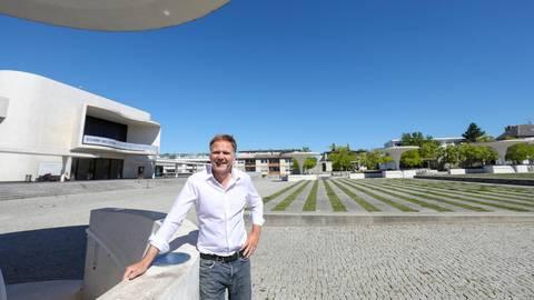"""""""Ein Architekt muss auch loslassen können"""": Christian Nasedy auf dem Darmstädter Büchnerplatz. Foto: Guido Schiek"""
