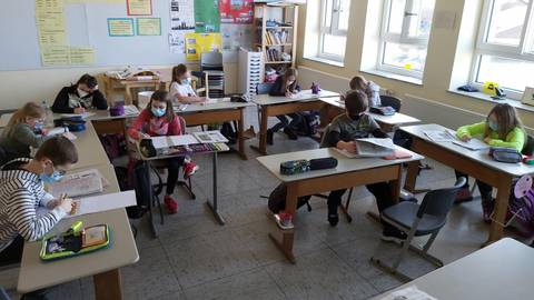 Blick in den maskierten Präsenzunterricht an der Grebenhainer Oberwaldschule. Foto: Röll-Grätz