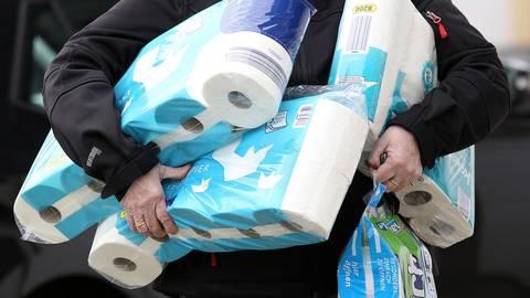 Toilettenpapier und Küchenrollen unterm Arm: Neben Lebensmittel hamstern viele Verbraucher in der Corona-Krise vor allem Klopapier. Archivfoto: dpa