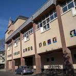Auch an der Fassade der Anne-Frank-Realschule plus (Foto) am Petersplatz ist Kunst am Bau verwirklicht. In der neuen Mensa wird ebenfalls eine Wand künstlerisch gestaltet. Foto: hbz/Stefan Sämmer