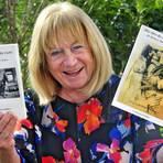 Die Heidesheimerin Margarete Walther mit ihren Büchern. Foto: Thomas Schmidt