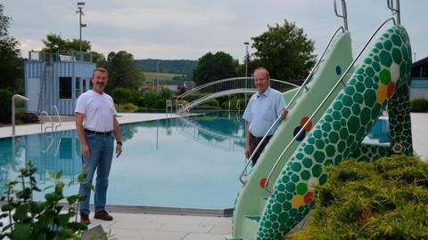 Schwimmmeister Martin Petrich und Bürgermeister Bernd Hartmann im Freibad in Niederselters. Noch ist nicht entschieden, ob das Bad wieder öffnet Foto: Andreas E. Müller