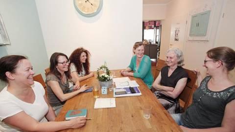 Gemeinsam mehr erreichen: Hebamme Anne Simon (2. v.r.) organisiert in Gonsenheim regelmäßige Netzwerk-Treffen, bei denen bis zu 20 Hebammen und andere Berufsgruppen mit Geburtsvor- und Nachsorge weiterhelfen. Foto: hbz/Judith Wallerius  Foto: hbz/Judith Wallerius